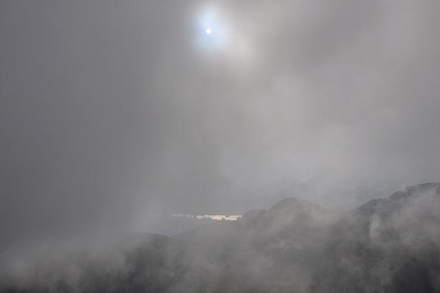 霧の中沈む太陽(1)