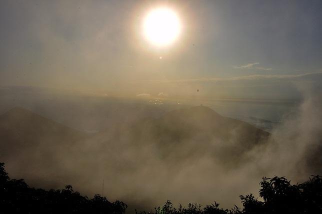 霧の中沈む太陽(2)