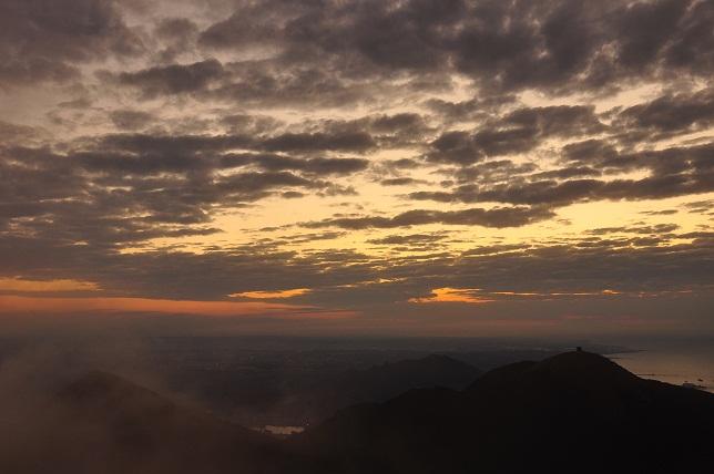 霧に中沈む太陽①