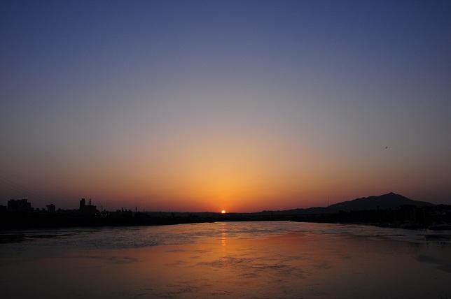 青空の彼方に沈む太陽