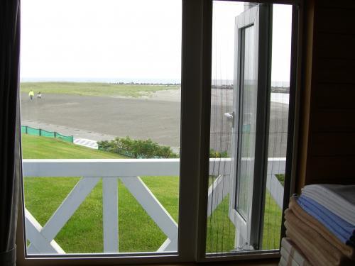 窓から砂浜