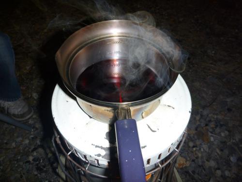 ホットワインを火にかける