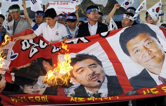 韓国・横断幕を掲げて抗議