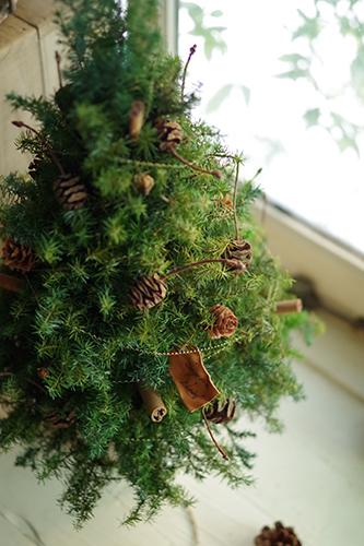 木の実をアレンジしたナチュラルなクリスマスツリー