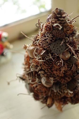 木の実のナチュラルなクリスマスツリー
