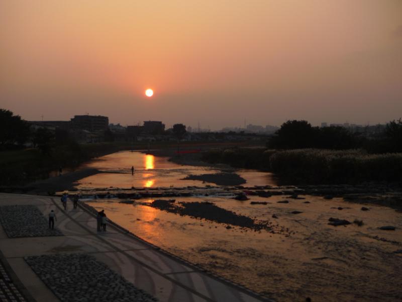 川辺から夕陽を眺める