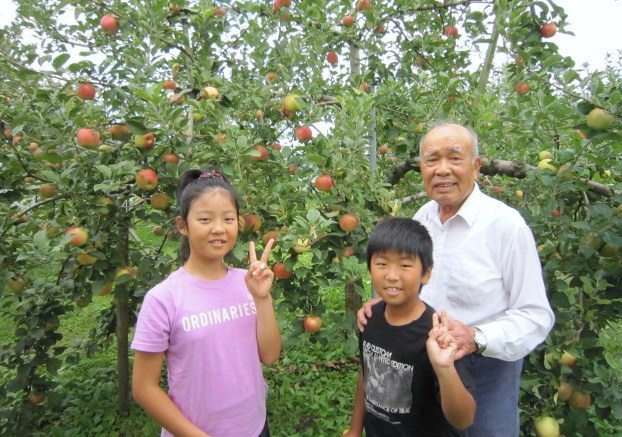 リンゴ摘み取り体験の弟妹