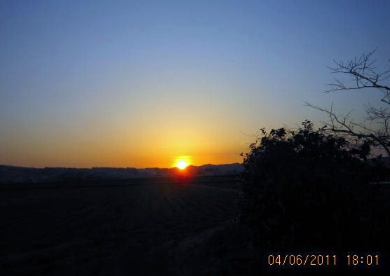 陽は赤々と