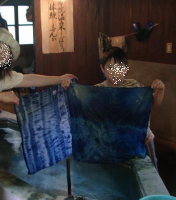 九州工芸村で藍染をする