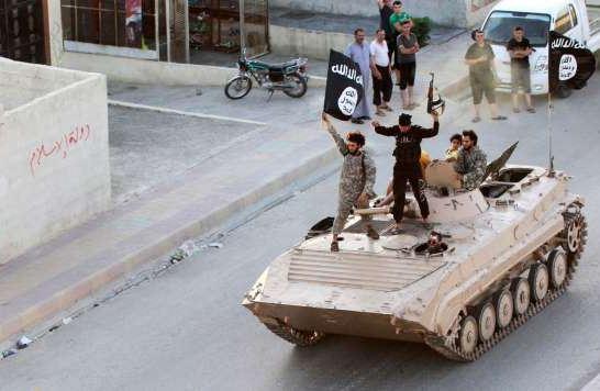 黒旗ラッカ6月戦車と若者