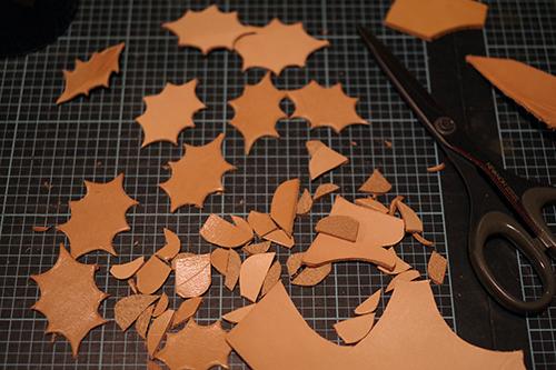 革で作る柊の葉