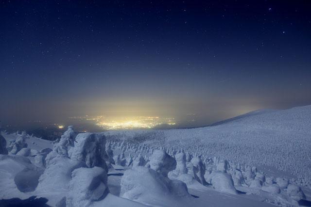 夜景を望む樹氷たち
