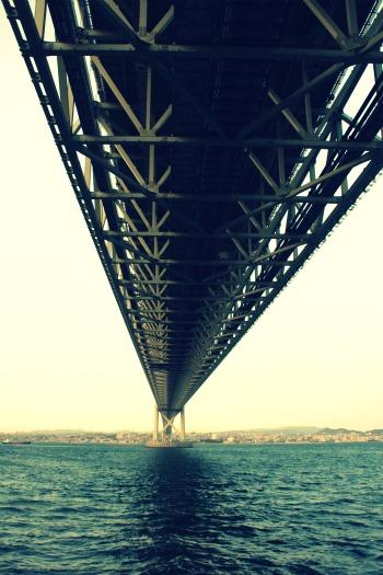 橋の下から。