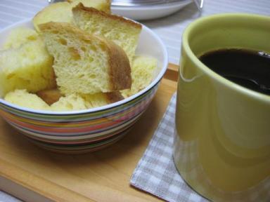 ふわふわブリオッシュとコーヒーの朝食