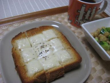 チーズトーストの朝食