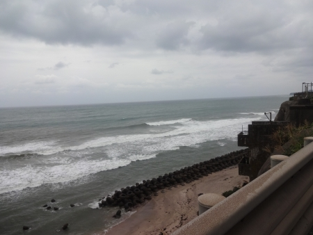 050海岸沿いに出ました、波が高い