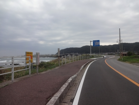 104千倉大橋が見えてきました。この辺りから変調が・・