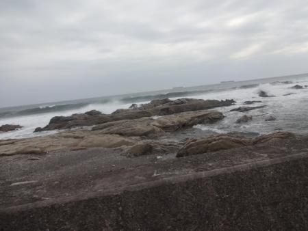 107台風が近づいており、波が高い、沖に大型船が二隻