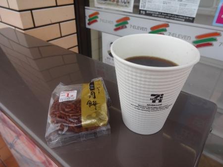 024ホットコーヒーと持参の月餅