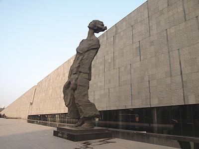 南京大虐殺記念館に建つオブジェ
