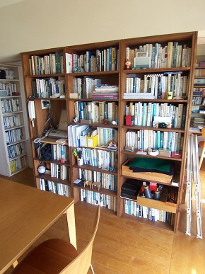 リビング テーブル側の本棚
