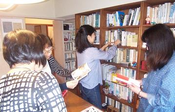 そういち文庫の本を手に取る方たち