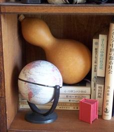 地球儀と豆本と瓢箪