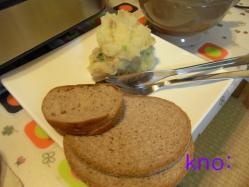 ドイツパンを芋サラダ