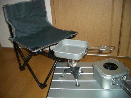 campちゃぶ台とコンロとなべとフライパンと椅子