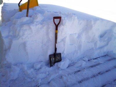 雪とスコップ