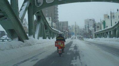 冬の旭橋とライダー