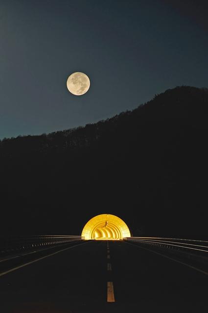 月とトンネル