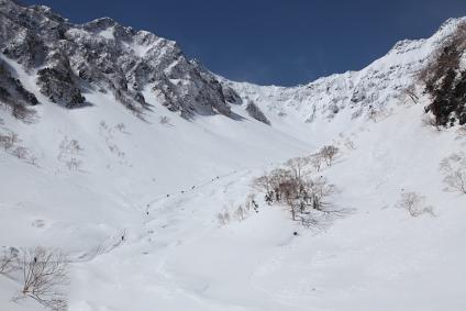 涸沢手前 雪の谷を行く