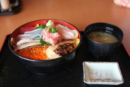 富士川サービスエリア 海鮮ちらし丼(1380円)