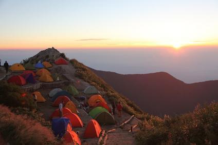 朝焼けの燕山荘テン場