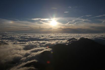 雲海を照らす夕日