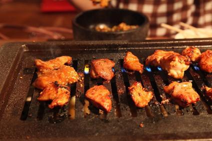 豊田ホルモン 肉を焼く