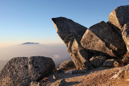 越百頂上の石と御岳コラボ