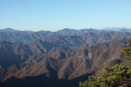 両神山稜線から奥秩父の山並みを望む