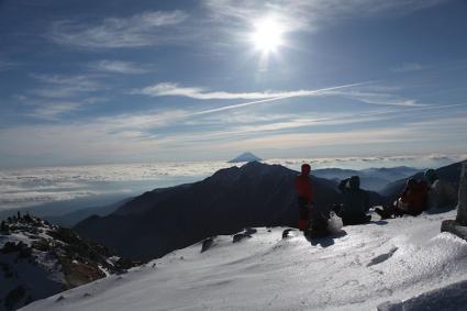 甲斐駒頂上で景色を楽しむパーティー