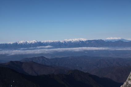 甲斐駒ヶ岳頂上より中央アルプス、御嶽