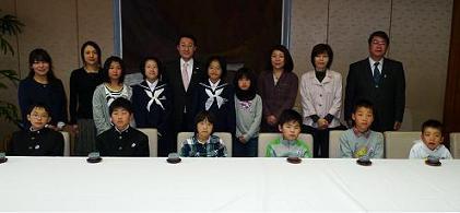 平井知事と津ノ井っ子エコクラブのみんな。