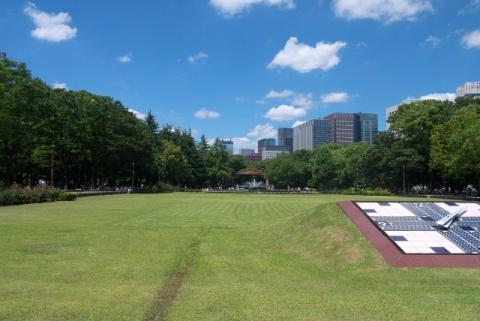 ソーラー時計前から日比谷公園の「第二花壇・噴水広場」方向を撮影