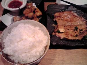 麺と心 7 鶏皮サルサ、厚切りチャーシューステーキ、白ごはん