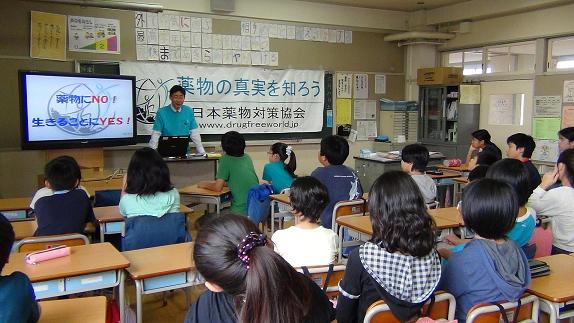 Mr. Seki is delivering a lecture to the 6th grade kids at Shinyama J.School on Jun8_1