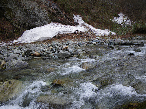 雪とはじまりの川
