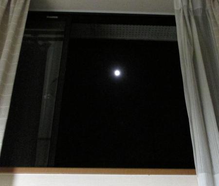 窓の月 001
