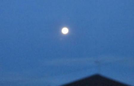 朝の月と天山 008
