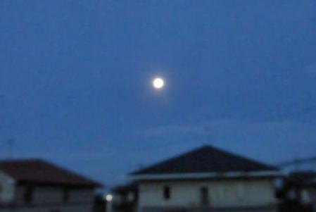 朝の月と天山 001