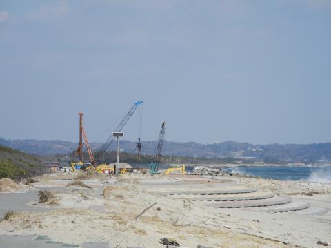 海岸線の防波堤修復工事